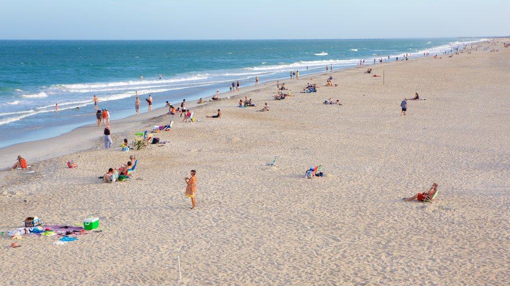 Wrightsville Beach mostrando vistas generales de la costa y una playa y también un gran grupo de personas