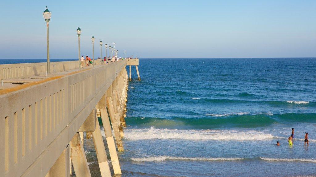 Wrightsville Beach mostrando una playa y vistas generales de la costa y también un pequeño grupo de personas