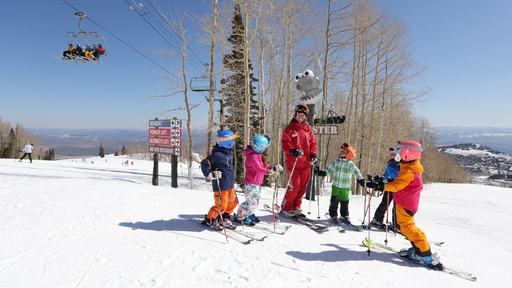 Park City Mountain Resort showing snow, a gondola and snow skiing