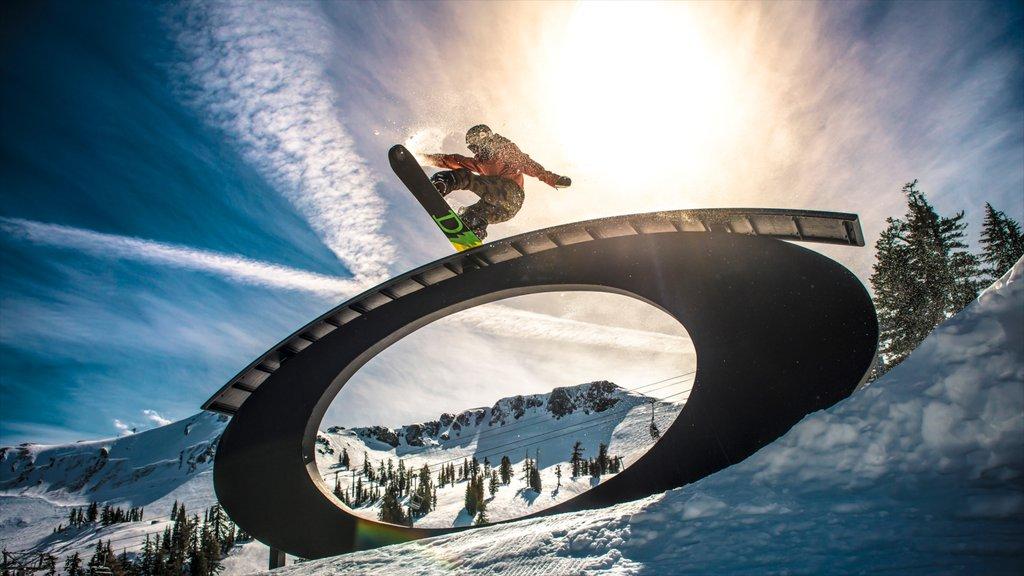 Squaw Valley Resort que incluye nieve y snowboard y también un hombre