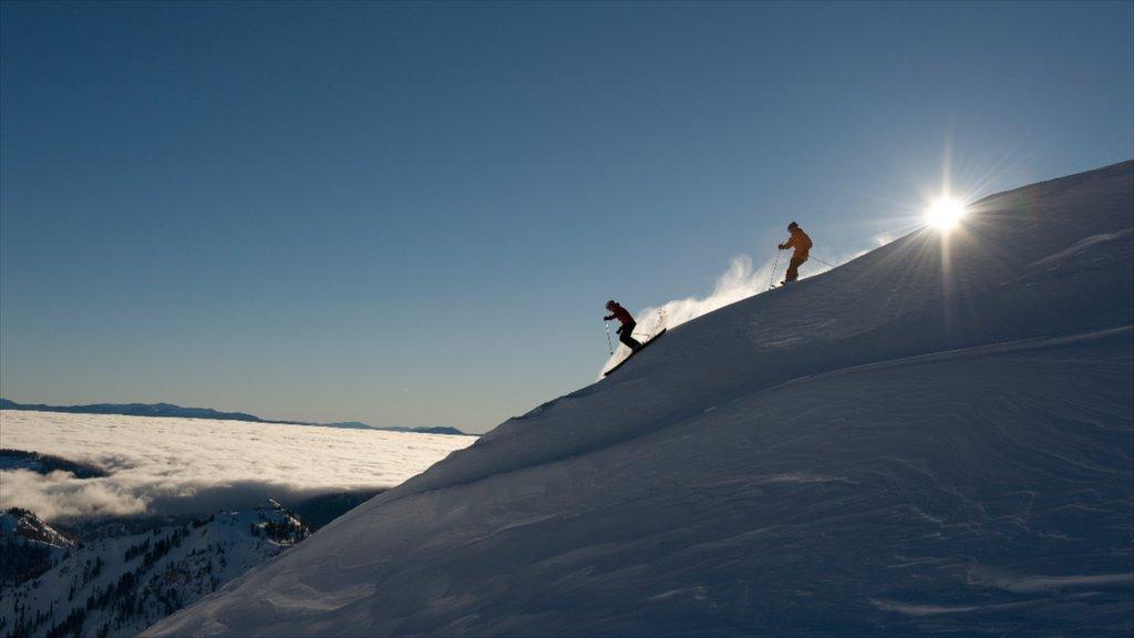 Squaw Valley Resort ofreciendo esquiar en la nieve y nieve y también una pareja