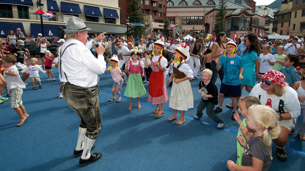 Beaver Creek showing street performance and performance art as well as children