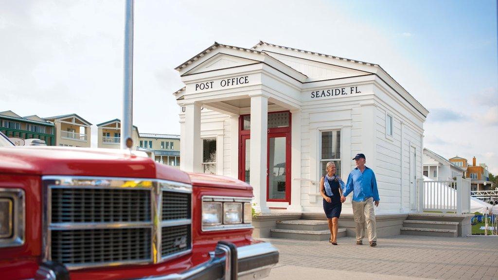 Seaside ofreciendo un edificio administrativo y elementos del patrimonio y también una pareja
