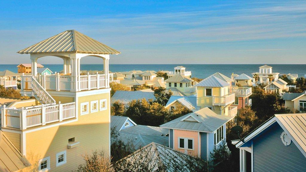 Seaside ofreciendo vistas generales de la costa y una ciudad costera