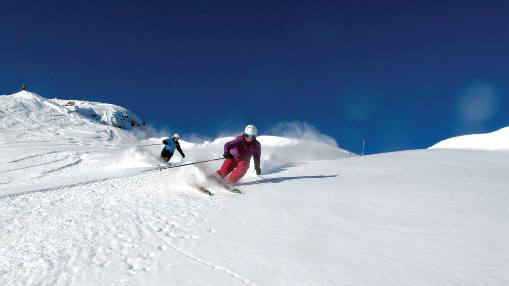 Marmot Basin mostrando esquiar en la nieve y nieve y también una pareja
