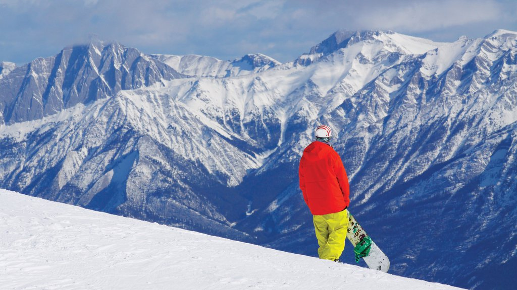Marmot Basin showing snow, snow boarding and mountains