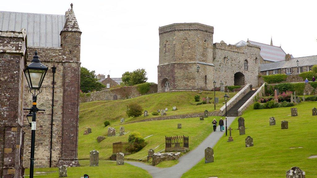 St. Davids que incluye una iglesia o catedral, elementos del patrimonio y un cementerio