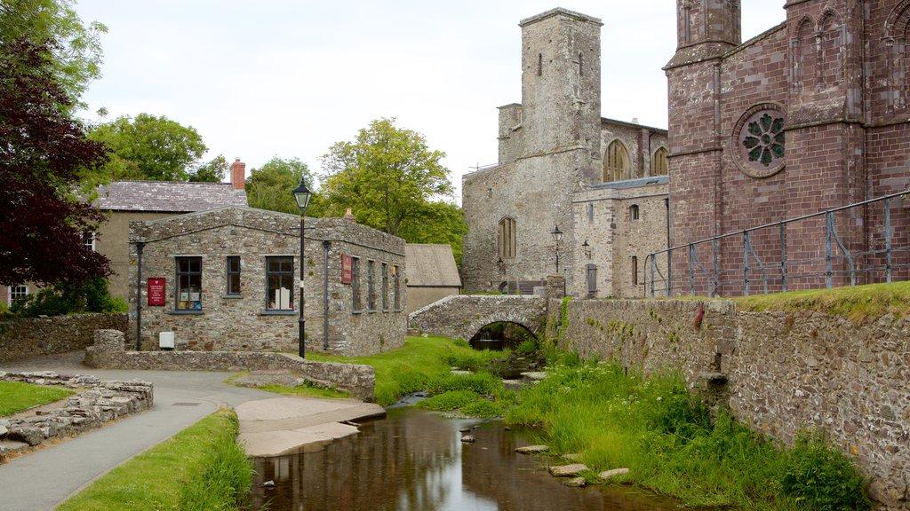 St. Davids mostrando elementos del patrimonio y una pequeña ciudad o pueblo