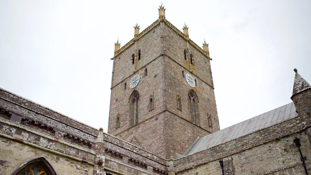 St. Davids mostrando elementos del patrimonio y una iglesia o catedral