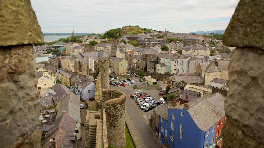 Castillo de Caernarfon ofreciendo una pequeña ciudad o pueblo