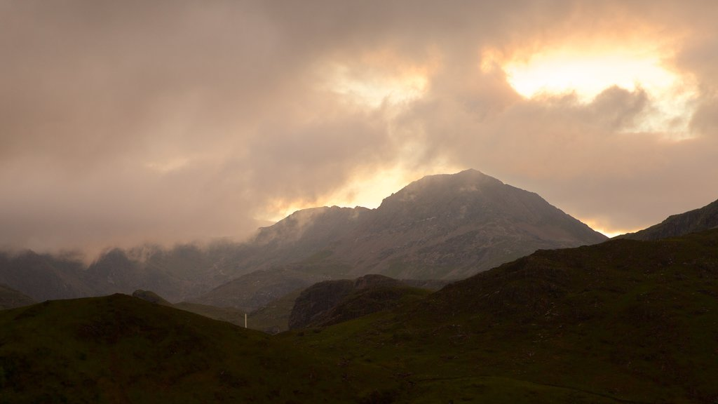Caernarfon mostrando montañas y neblina o niebla