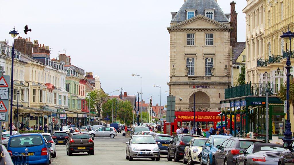 Llandudno showing street scenes