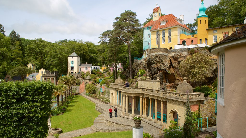 Portmeirion showing a small town or village