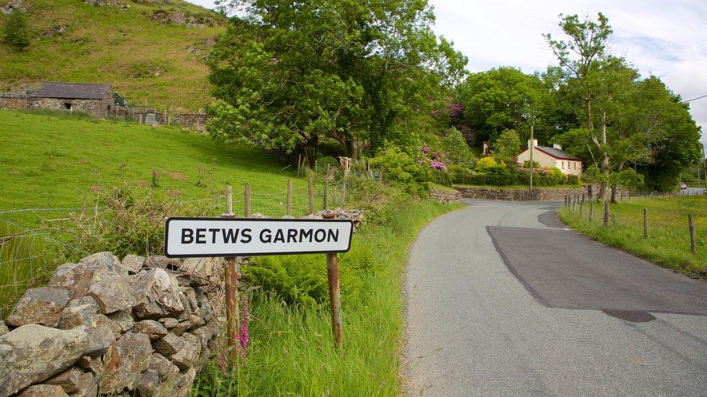Betws Garmon que incluye señalización y tierras de cultivo