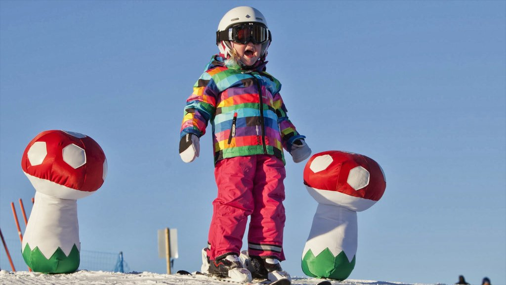 Oslo Winter Park showing snow and snow skiing as well as an individual child