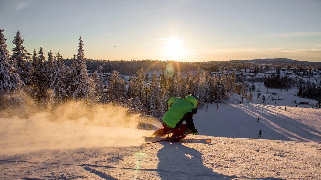 Branas Ski Resort , Syssleback, Suecia mostrando nieve, esquiar en la nieve y una puesta de sol
