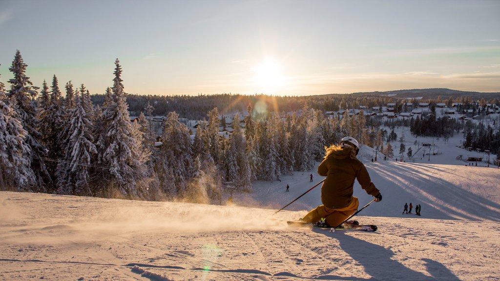 Branas Ski Resort , Syssleback, Suecia que incluye esquiar en la nieve, una puesta de sol y nieve