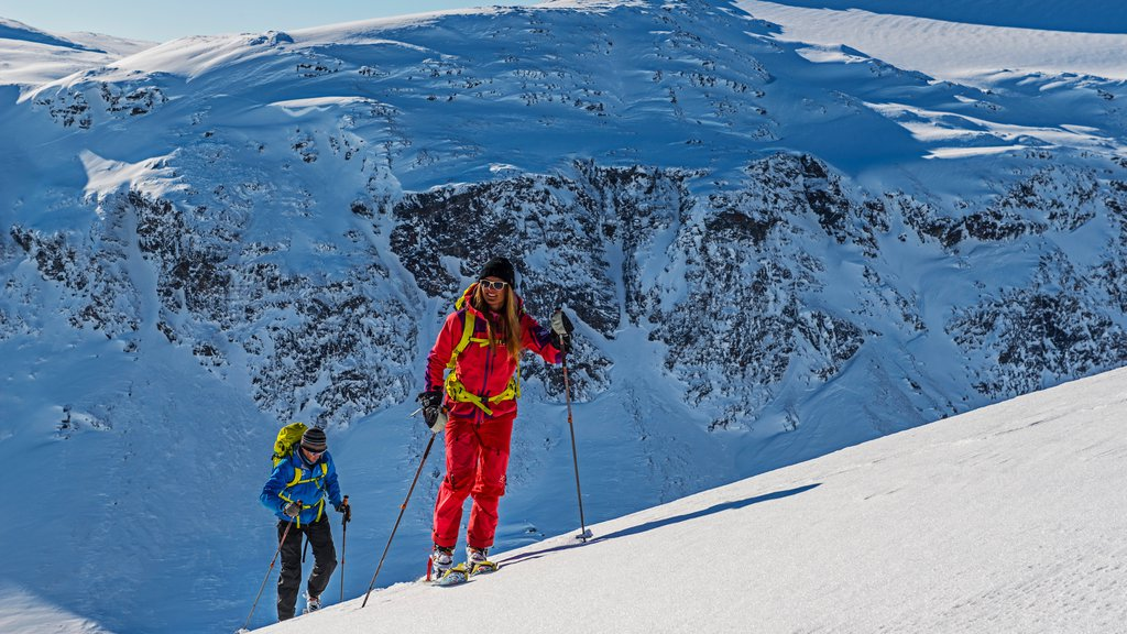 Complejo de esquí Bjorkliden Fjallby que incluye esquiar en la nieve, montañas y nieve