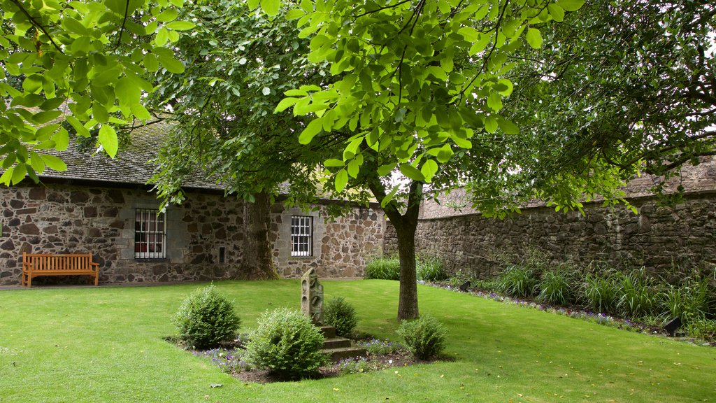 Stirling Castle showing a garden and heritage elements