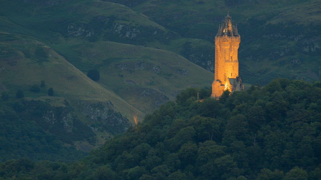 National Wallace Monument which includes a monument, a castle and night scenes