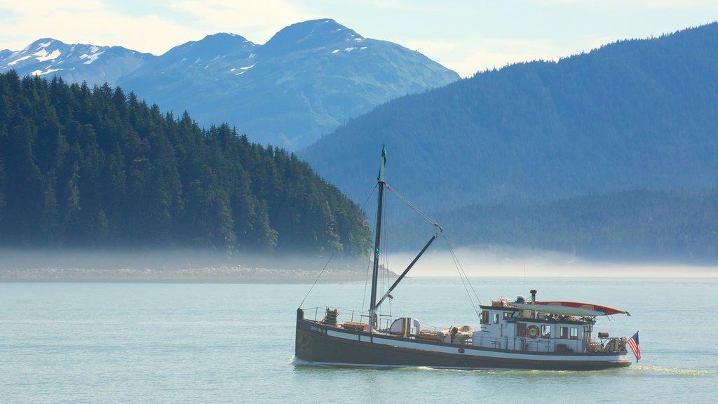 Alaska ofreciendo paseos en lancha, neblina o niebla y vistas generales de la costa