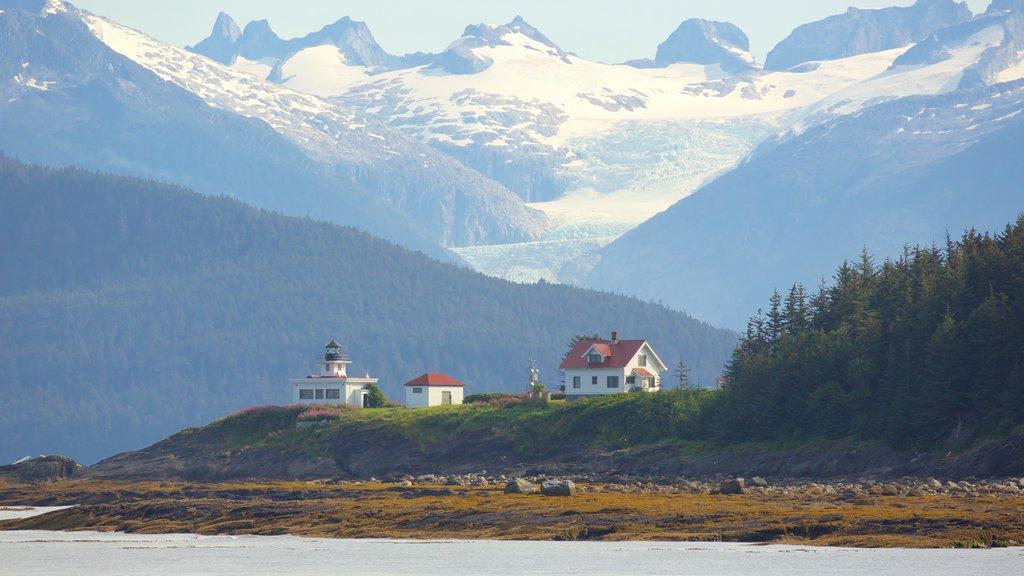 Juneau ofreciendo montañas, un faro y nieve