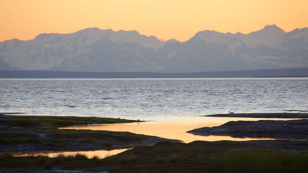 Anchorage mostrando vistas generales de la costa y una puesta de sol