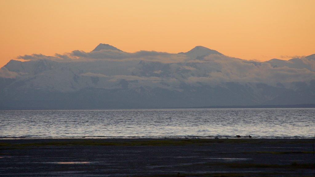 Anchorage ofreciendo vistas generales de la costa, montañas y una puesta de sol