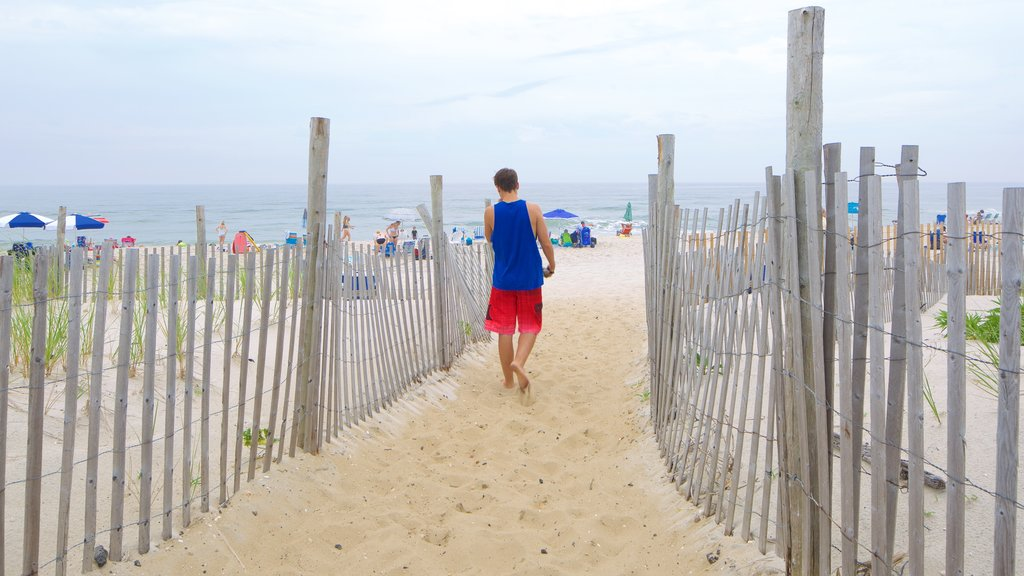 Atlantic City que incluye una playa y también un hombre