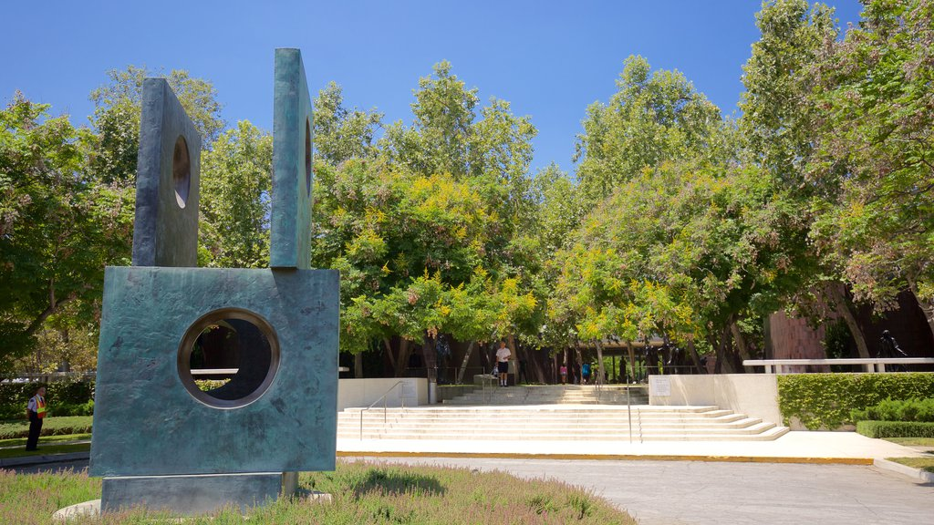 Norton Simon Museum featuring outdoor art