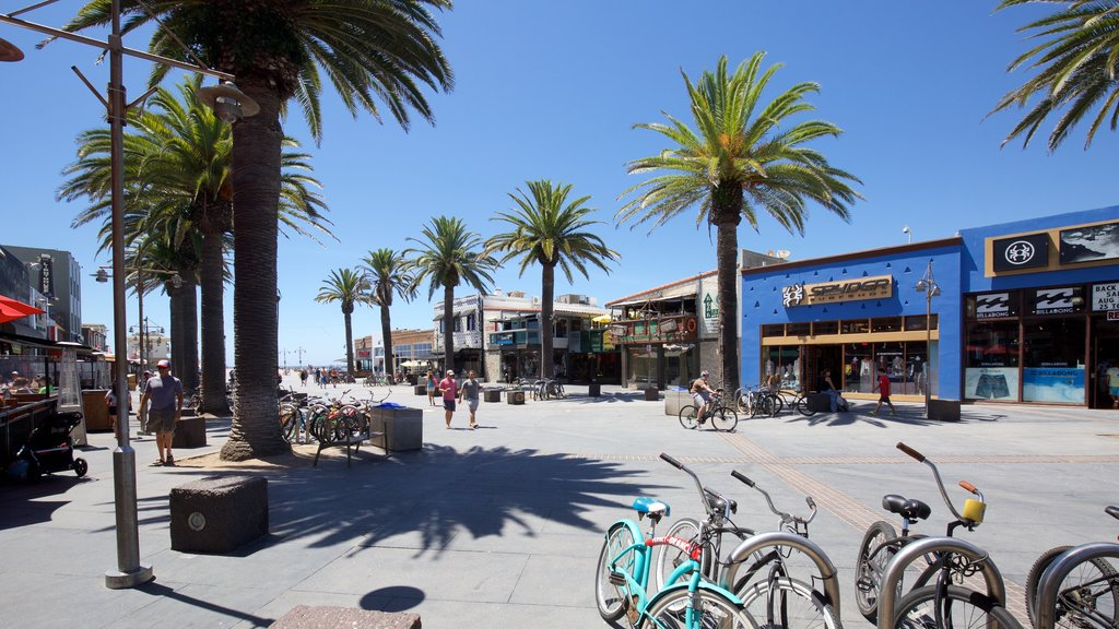 Hermosa Beach showing street scenes