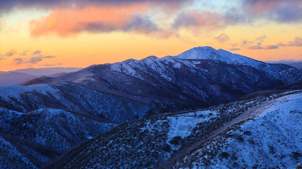 Cumbres de Hotham ofreciendo nieve, montañas y una puesta de sol