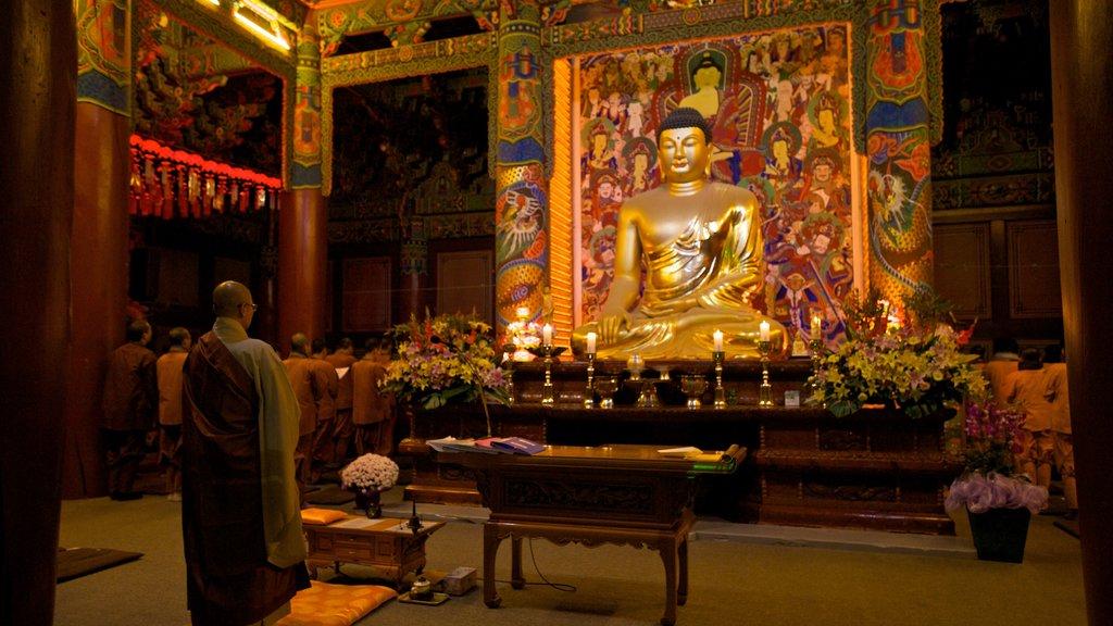 Templo de Woljeongsa que incluye aspectos religiosos, vistas interiores y un templo o lugar de culto