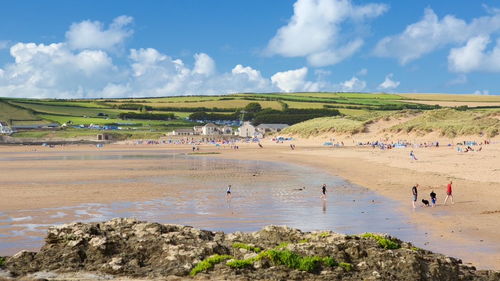 Croyde featuring a beach as well as a large group of people