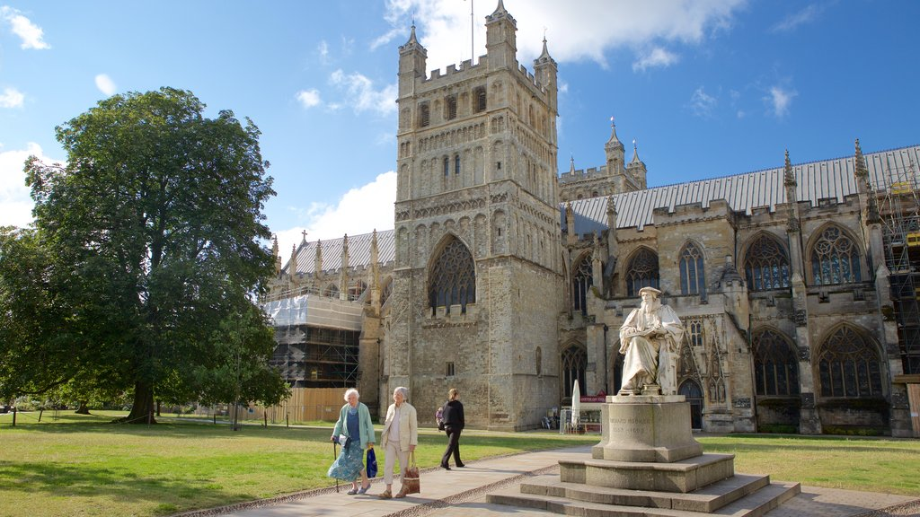 Catedral de Exeter ofreciendo patrimonio de arquitectura, un castillo y un monumento