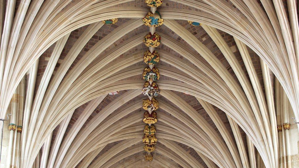 Catedral de Exeter mostrando vistas interiores, castillo o palacio y patrimonio de arquitectura