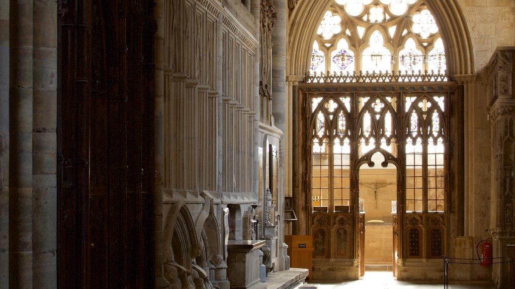 Catedral de Exeter que incluye patrimonio de arquitectura, vistas interiores y castillo o palacio