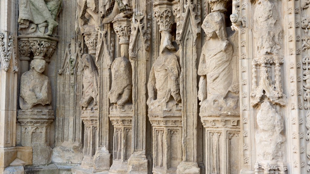 Catedral de Exeter mostrando patrimonio de arquitectura y una iglesia o catedral
