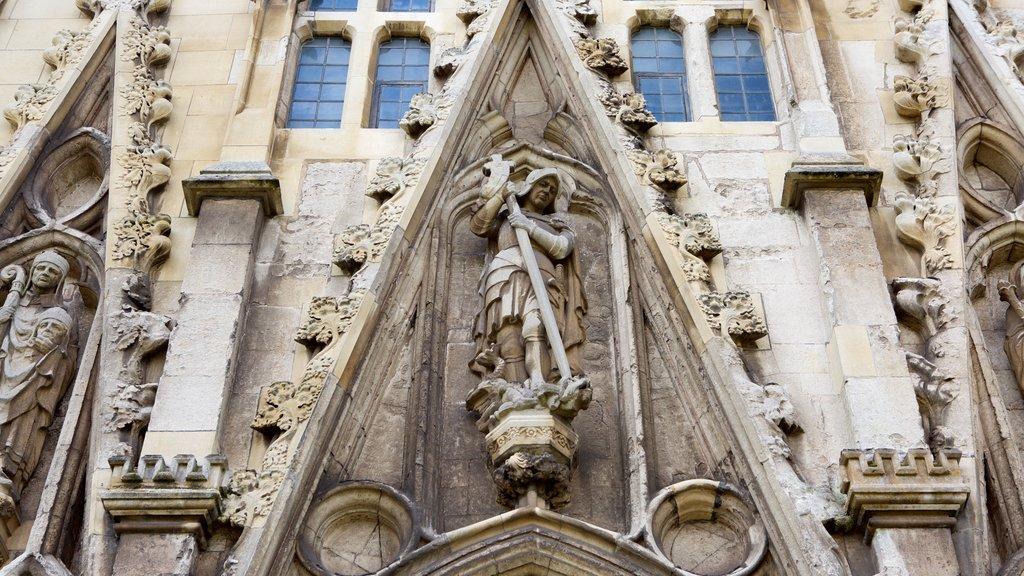 Catedral de Exeter mostrando elementos religiosos, una iglesia o catedral y una estatua o escultura