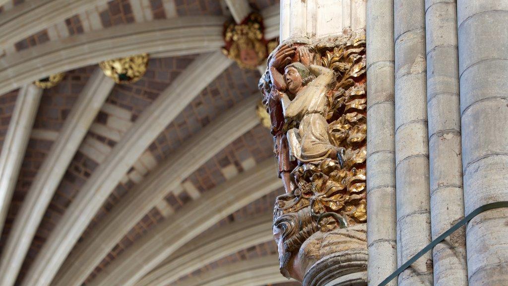 Catedral de Exeter que incluye vistas interiores, una iglesia o catedral y aspectos religiosos