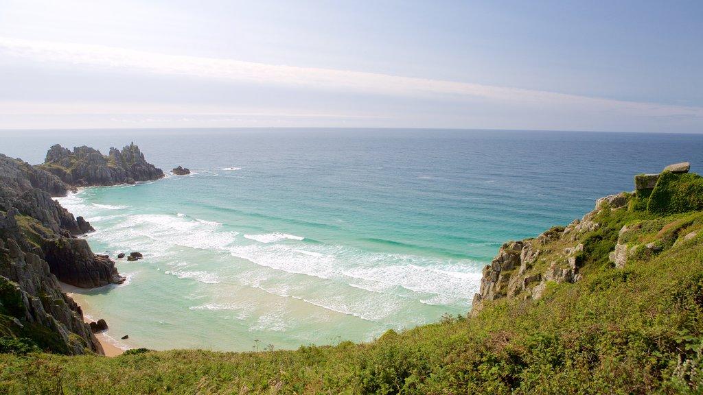Logan\'s Rock mostrando una playa de arena y vistas de paisajes
