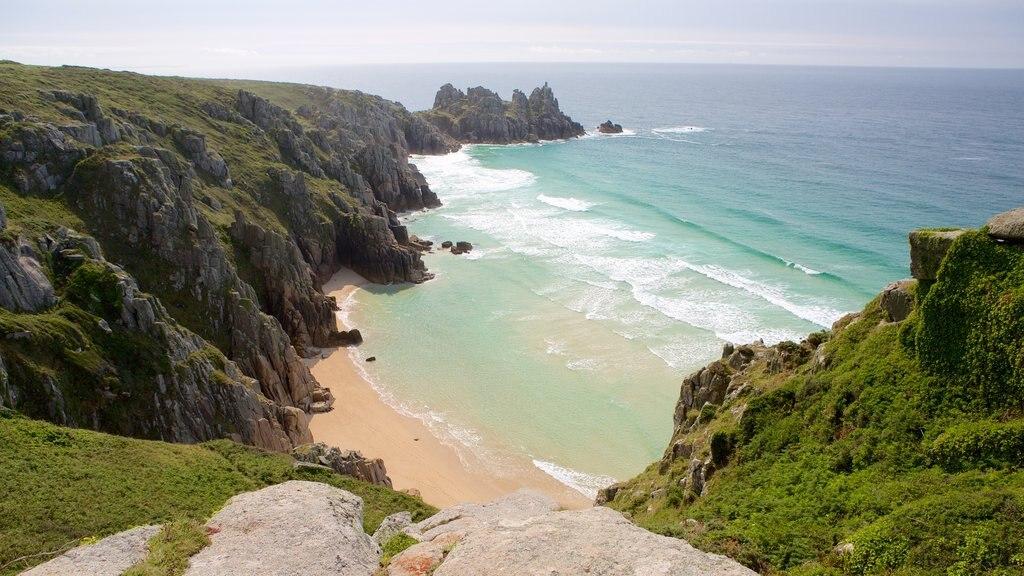 Logan\'s Rock ofreciendo una playa y vistas de paisajes