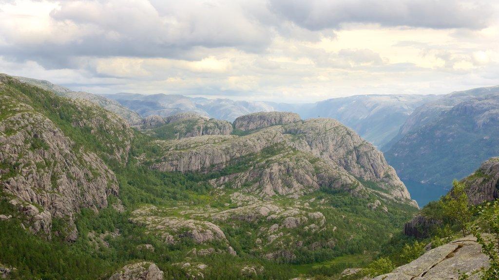 Preikestolen que incluye montañas