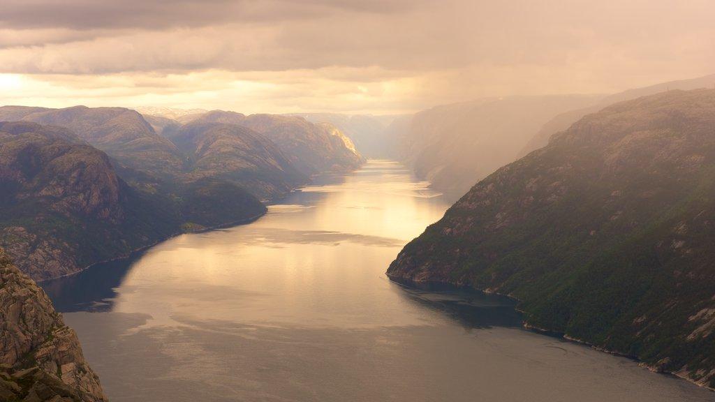 Preikestolen mostrando un lago o abrevadero, una puesta de sol y montañas