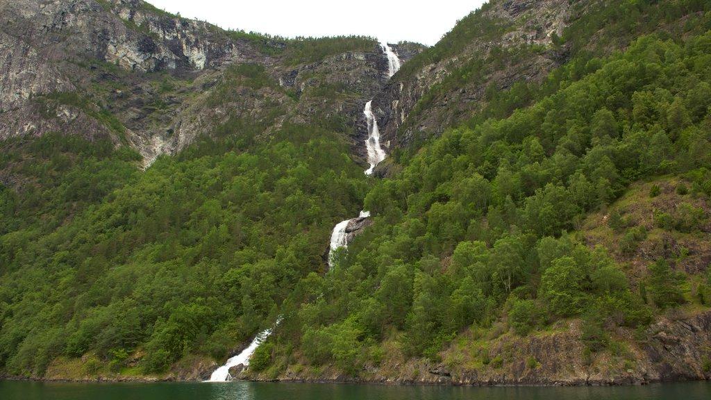 Naeroyfjord ofreciendo montañas y una catarata