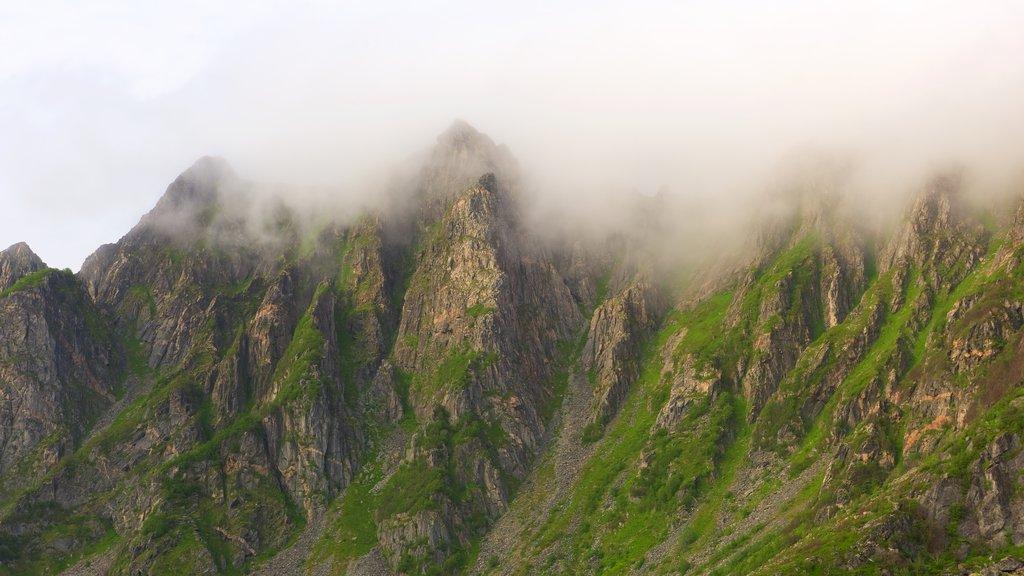 Andøy ofreciendo neblina o niebla y montañas
