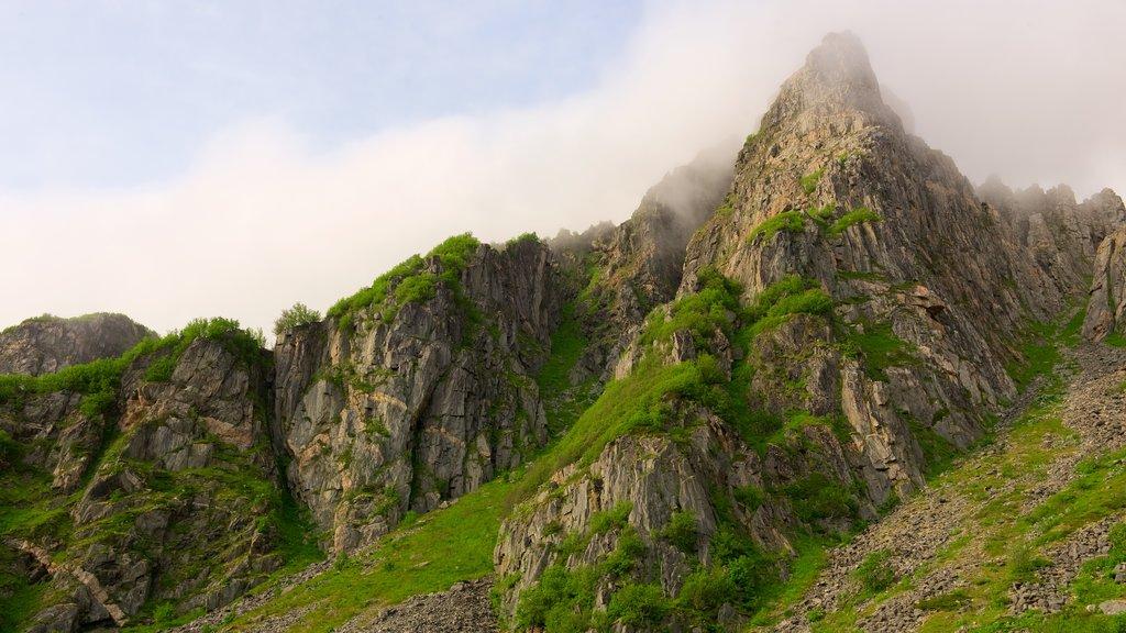 Andøy que incluye neblina o niebla y montañas