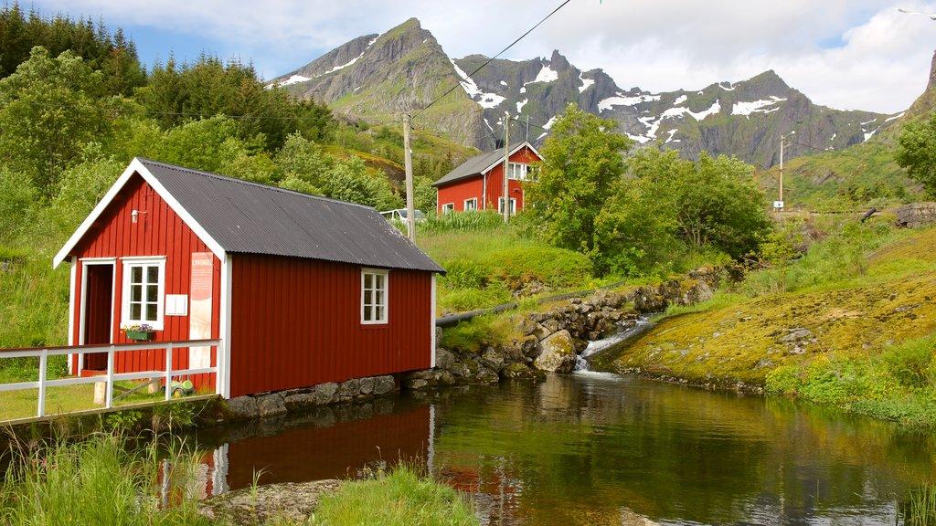 Leknes que incluye una pequeña ciudad o pueblo y un hotel