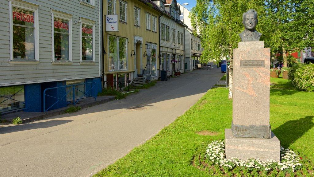 Tromso ofreciendo una pequeña ciudad o pueblo y un monumento