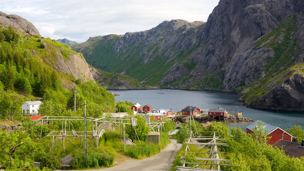 Noruega mostrando montañas y una pequeña ciudad o pueblo